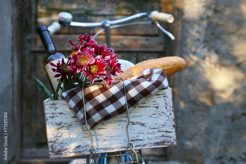 Bicycle with picnic snack in wooden box - 71385186