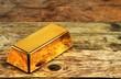 Goldbarren ohne Prägung auf Holzuntergrund - 71388333