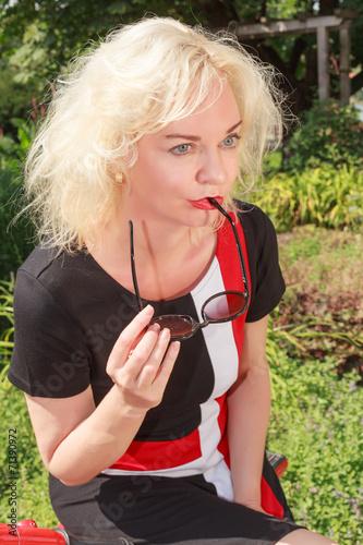 canvas print picture Nachdenkliche Frau mit Sonnenbrille