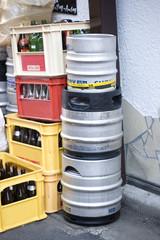 空き瓶と生ビールの缶