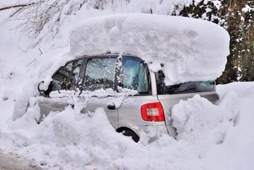 Autovettura ricoperta di neve