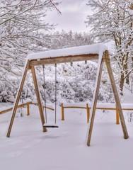 Altalena ricoperta di neve
