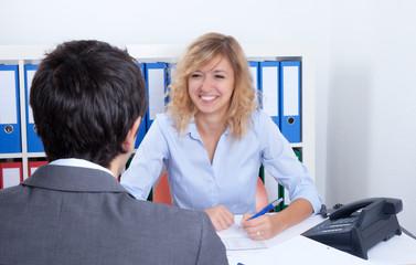 Sympathische Frau berät einen Kunden