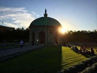 Münchner Feierabend bei Sonnenuntergang im Hofgarten