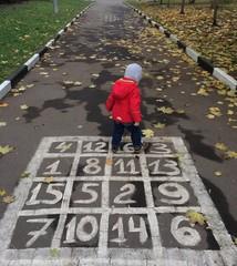 ребенок играет в классики