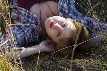 Девушка лежащая в траве