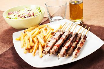 spiedini di carne con patatine fritte