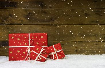 Weihnachtsgutschein mit Geschenke in Rot und Holz