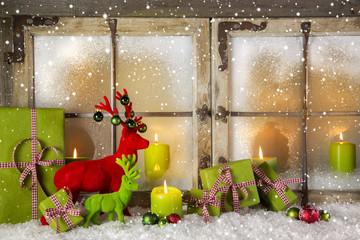 Stimmungsvolle Weihnachtsdekoration in Rot, Grün mit Kerzen