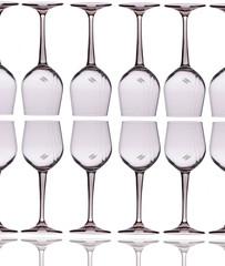 Set di bicchieri in fila sopra e sotto, bicchieri di vino vuoti