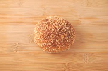 まな板にのせた カレーパン 丸いパン クローズアップ