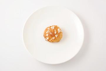 お皿にのせた シュケット chouquette フランスのお菓子 白背景