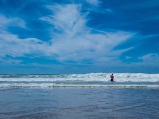 Hohe Welle rast auf Badegast zu