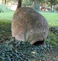 Керамический  сосуд как оформление сада