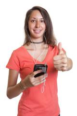 Junge Frau hört ihr Lieblingslied auf dem Handy