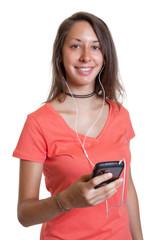 Junge Frau mit Handy und Kopfhörer