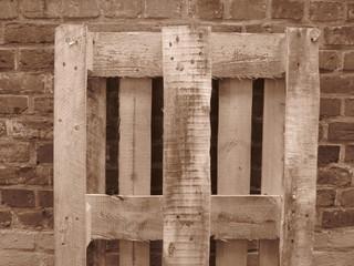 Holzpalette vor Backsteinmauer .. Stilleben, Sepia