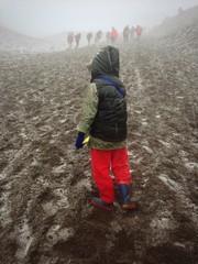 Niño subiendo el volcan