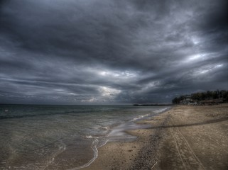 Dunkle Wolken am Goldstrand