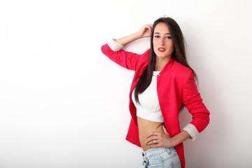 Ragazza con jeans e giacca rossa