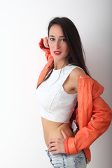 Ragazza con giacca arancio