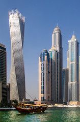 Dhau vor Hochhaeusern in Marina Dubai VAE