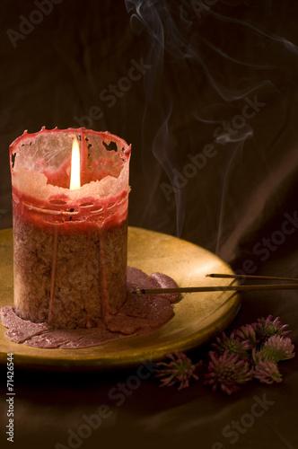 canvas print picture Brennende Kerze und rauchende Räucherstäbchen