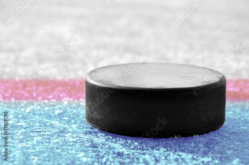 Aluminium Wintersporten black hockey puck on ice rink
