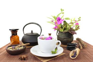 chinesische Naturmedizin mit einer Tasse Tee und Blüten