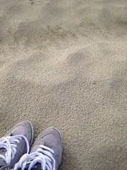 scarpe abbandonate su sabbia autunno