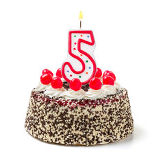 Geburtstagstorte mit brennender Kerze Nummer 5