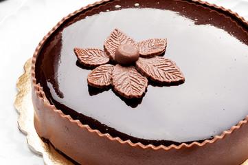 Torta farcita con fiore di cioccolato plastico