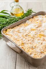 Teglia di lasagne preparata  per la cottura in forno