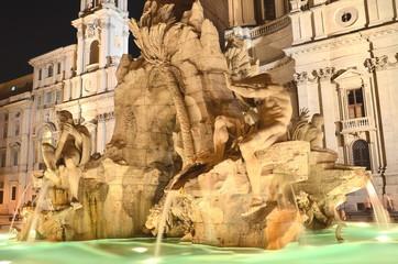 Piękna fontanna Cztery Rzeki nocą na Piazza Navona, Rzym, Włochy
