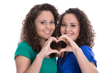 Hände machen Herz als Symbol für Freundschaft unter Mädchen