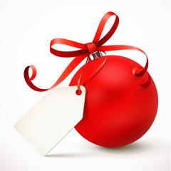 Rote Weihnachtskugel mit Schleife und Etikett