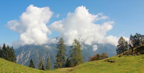 Schönwetterwolken im gebirge