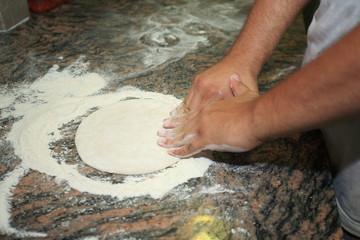 preparazione impasto pizza