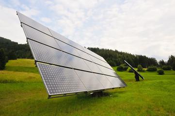 Solarpanel auf der grünenn Wiese
