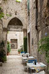 Ruelle et porte de la vieille ville de Split