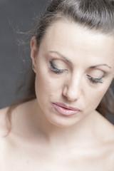 giovane donna con lo sguardo rivolto verso il basso