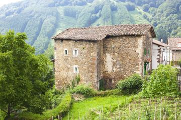 casa rural de piedra en el campo