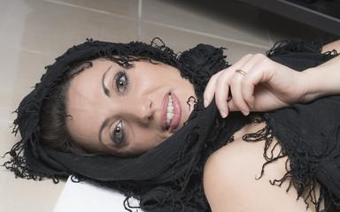 donna con viso avvolto da uno scialle nero