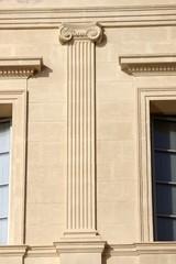 Pilastre à chapiteau