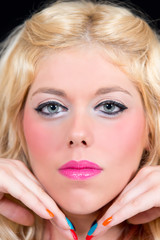 Blonde Frau mit blauen Augen vor schwarzem Hintergrund