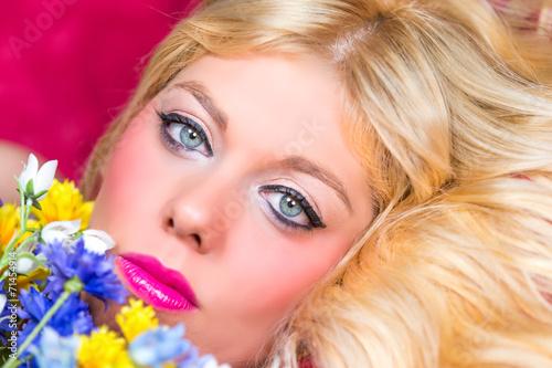 canvas print picture Blonde Frau mit blauen Augen und Blumen