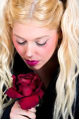Blonde Frau mit roter Rose