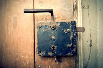 rostiger Eisen Türgriff auf alter Holztür, retro, vintage