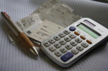 電卓と領収書