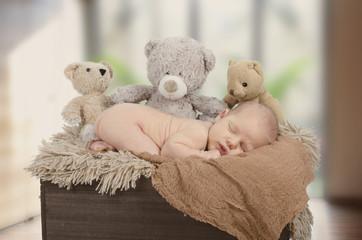 Schlafendes Baby wird von Teddybären bewacht